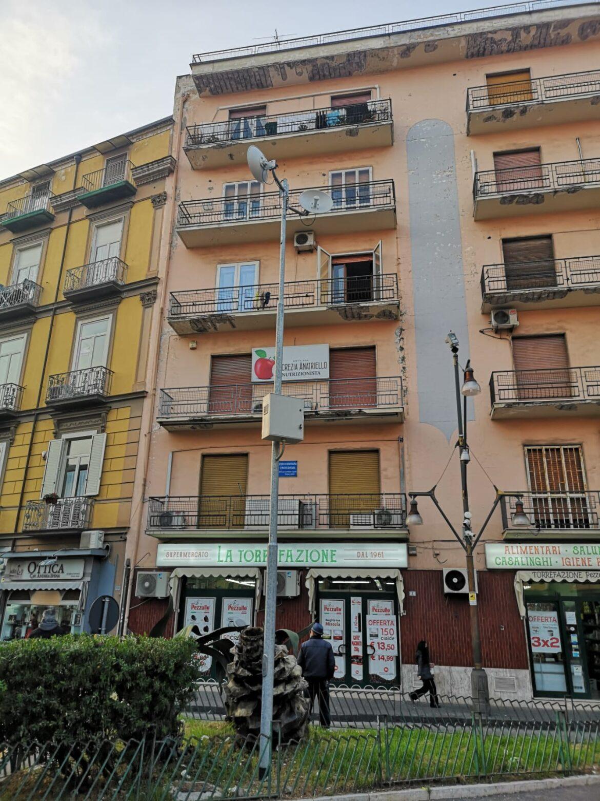 Paura a Frattamaggiore: Fiamme in un palazzo in piazza Umberto I (VIDEO)