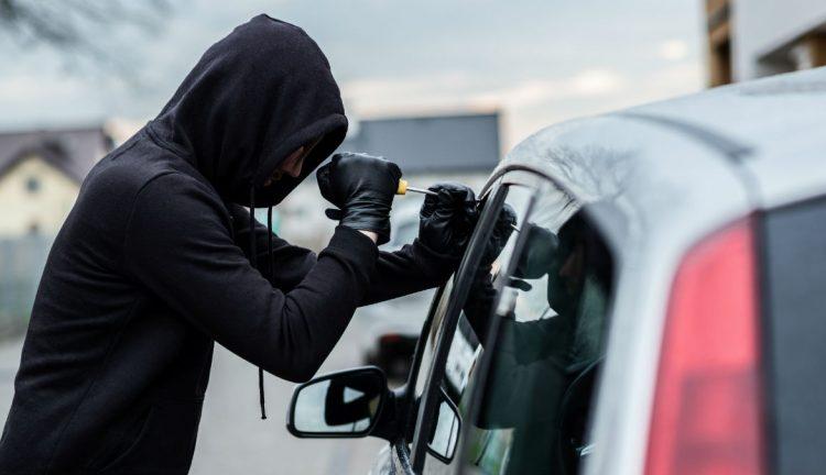 Napoli, provano a rubare nelle auto: arrestati tre uomini