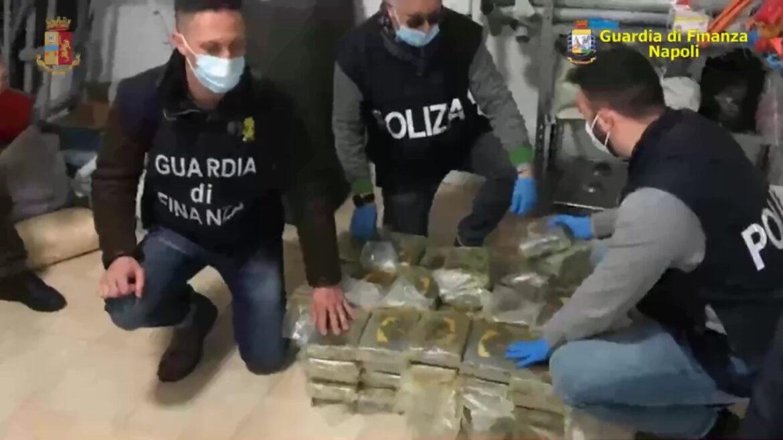 Napoli- Nascondevano 9 pistole e 200kg di droga, e 650mila euro: arrestate 7 persone