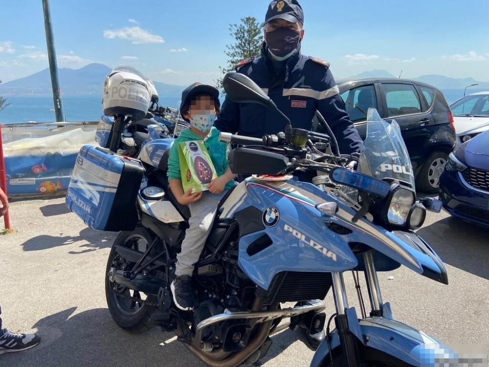 Napoli: La Polizia regala uova ai bambini del Santobono e del Pausilipon