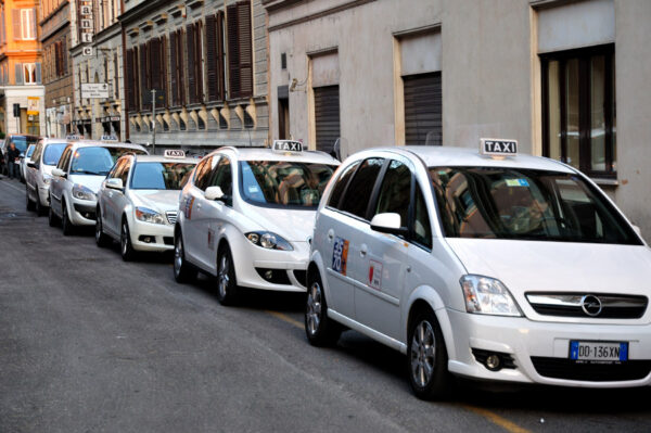 """Taxi gratis per le vaccinazioni, l'iniziativa """"Ti Accompagno Io"""" parte a Napoli"""