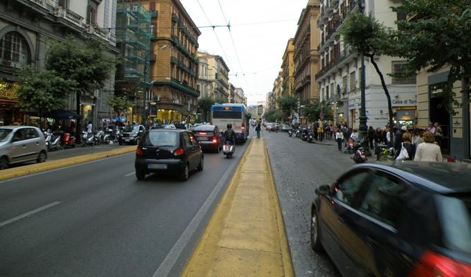 Napoli, paura a Corso Umberto: uomo minaccia di lanciarsi da un'impalcatura