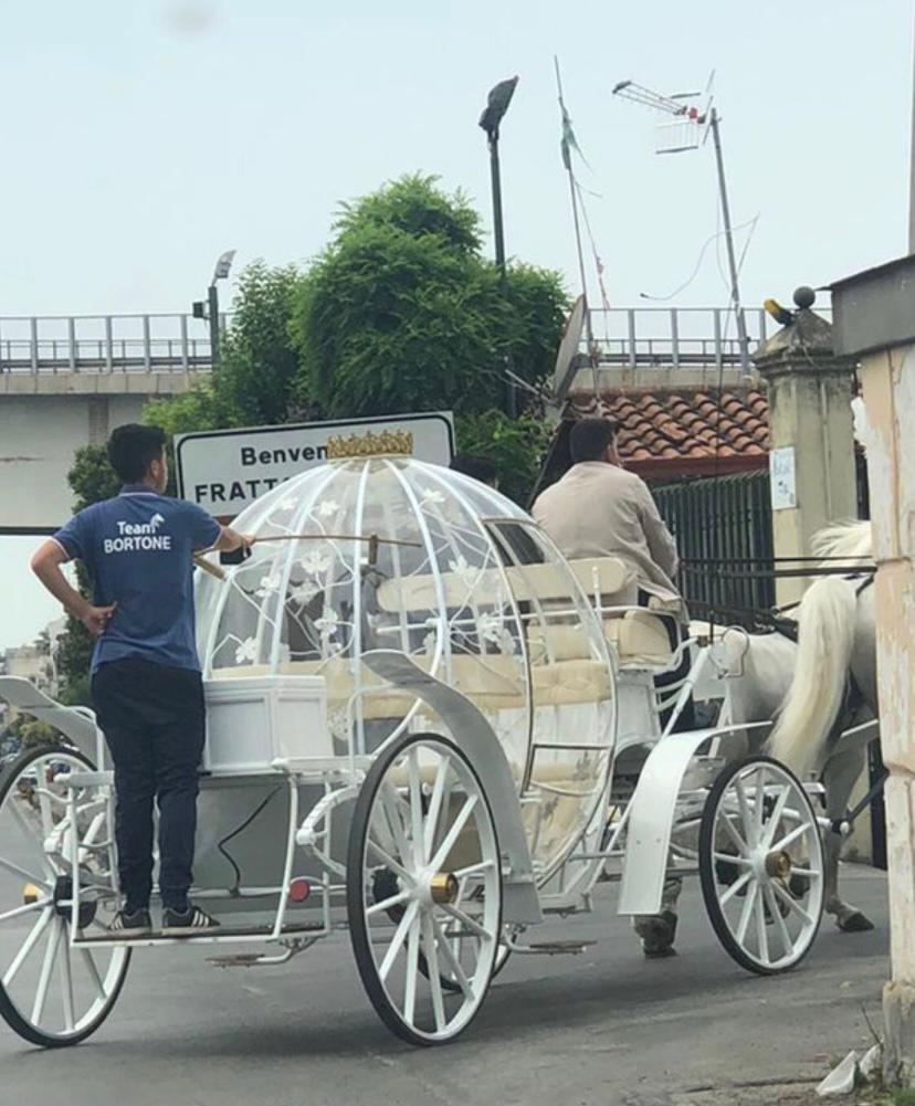 La carrozza di Cenerentola in giro per Frattamaggiore