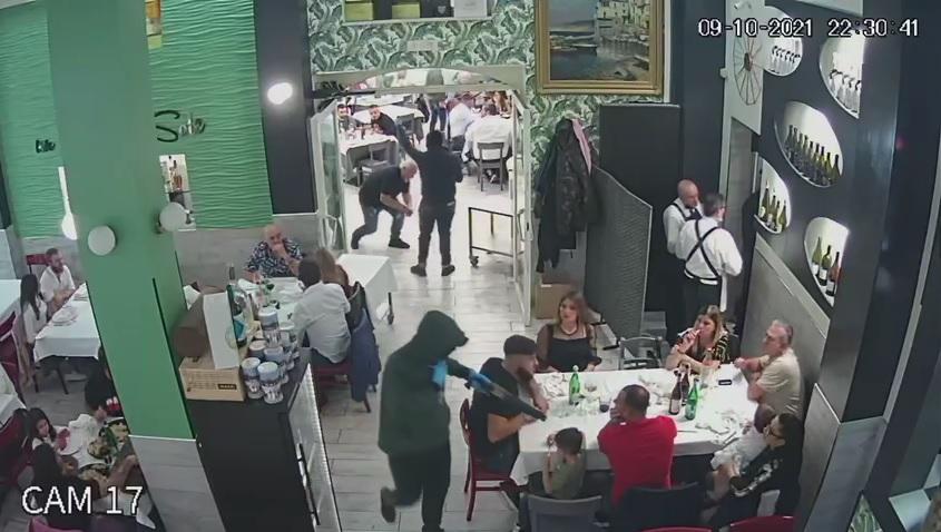 Casavatore, rapinatori in azione in un ristorante: fucile in faccia ad un bambino [VIDEO]