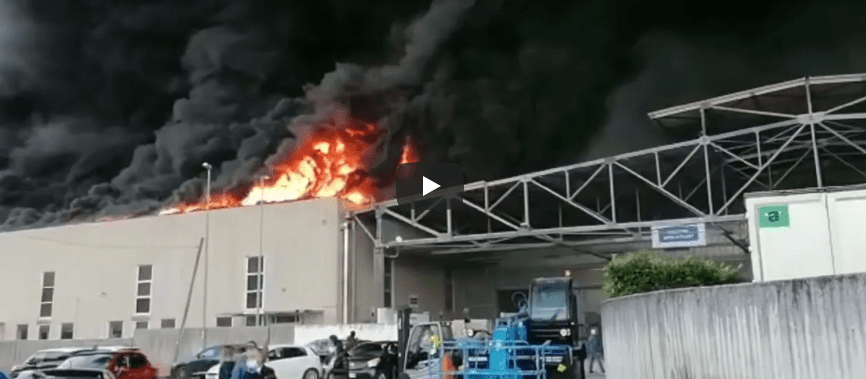 Benevento, incendio in un'azienda di componenti auto: nuovo disastro ambientale